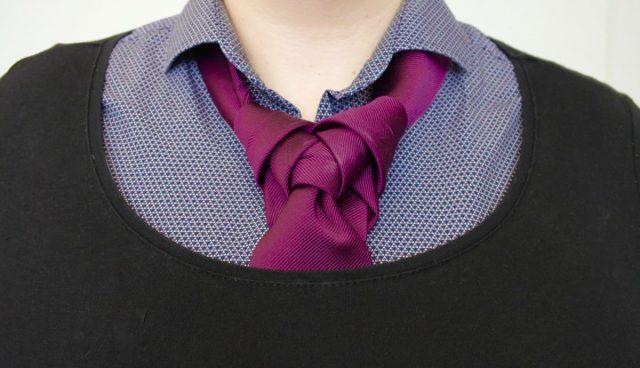 5 outfits met een vrouwelijke stropdasknoop