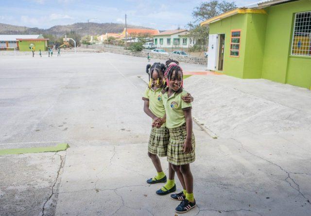 Schooluniform in Curaçao | Afbeelding van Michelle Maria via Pixabay