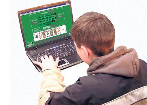 joven-jugando-poker