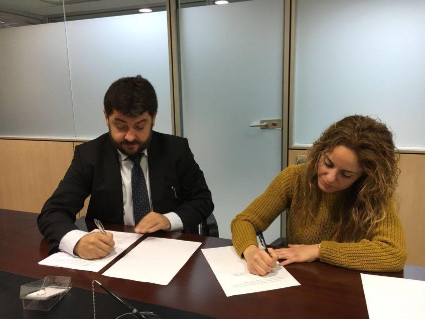 Firma del convenio entre Daniel Vosseler y Mireia Sanz.