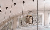 Nel tempio tedesco, sopra l'altare, l'intonaco si è staccato e alcuni pezzi sono finiti dentro alla corona