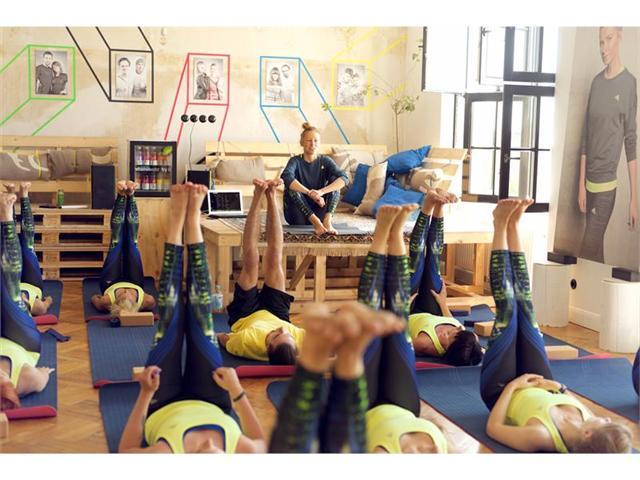 Gäste testen die HIghlight-Produkte während einer Kata-Flow Yoga-Session.