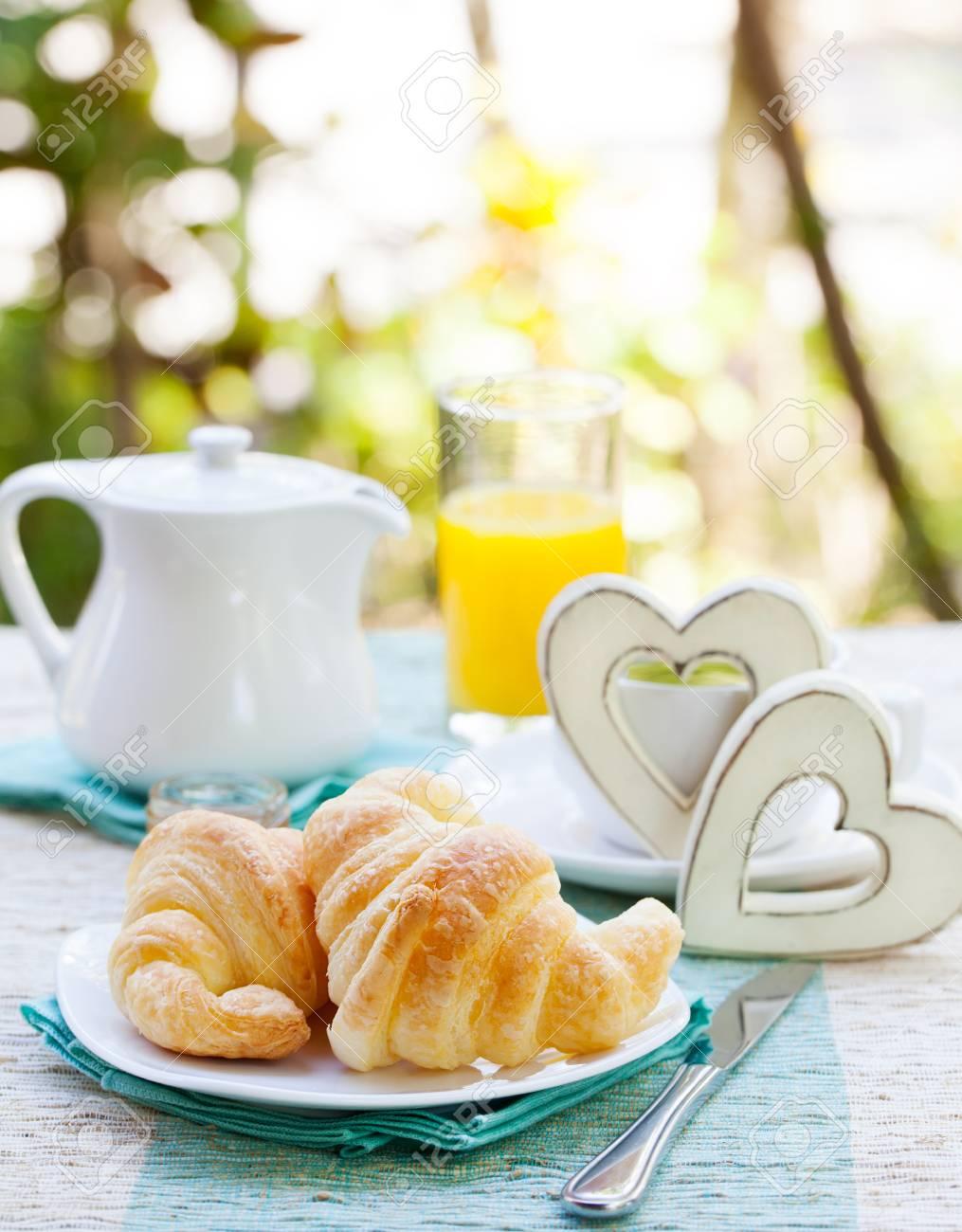 petit dejeuner romantique avec amour croissants cafe jus coeurs en bois fond d ete espace de copie
