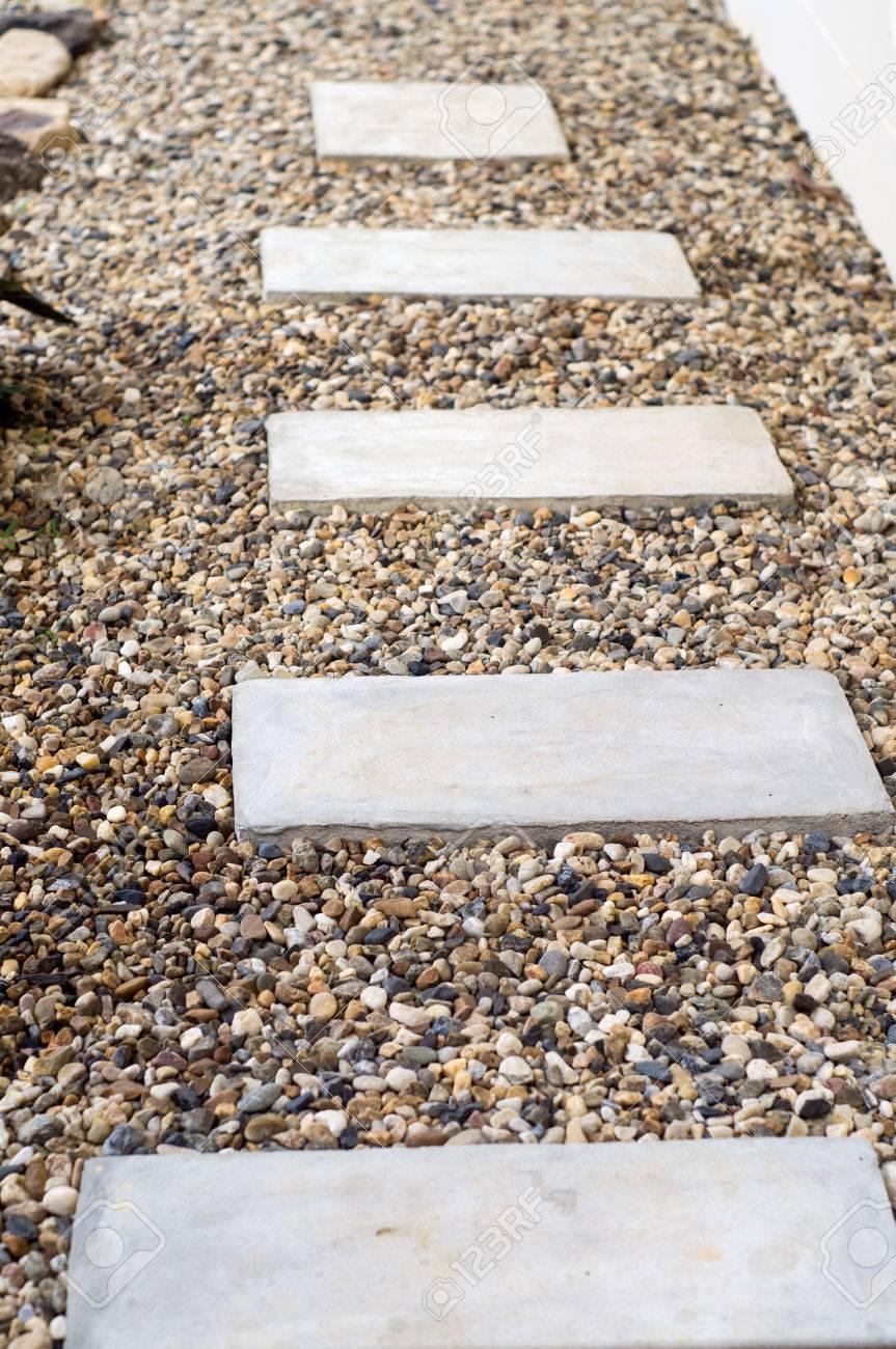 jardin de piedra pasos para patio con arboles y plantas