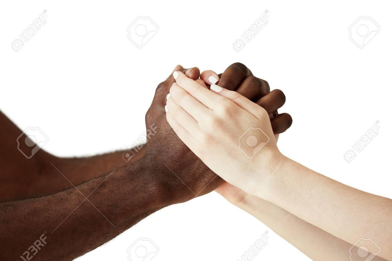 blanc femme de race blanche et noir homme africain se tenant la main dans poignee de main cordiale exprimant son soutien l attitude amicale et la