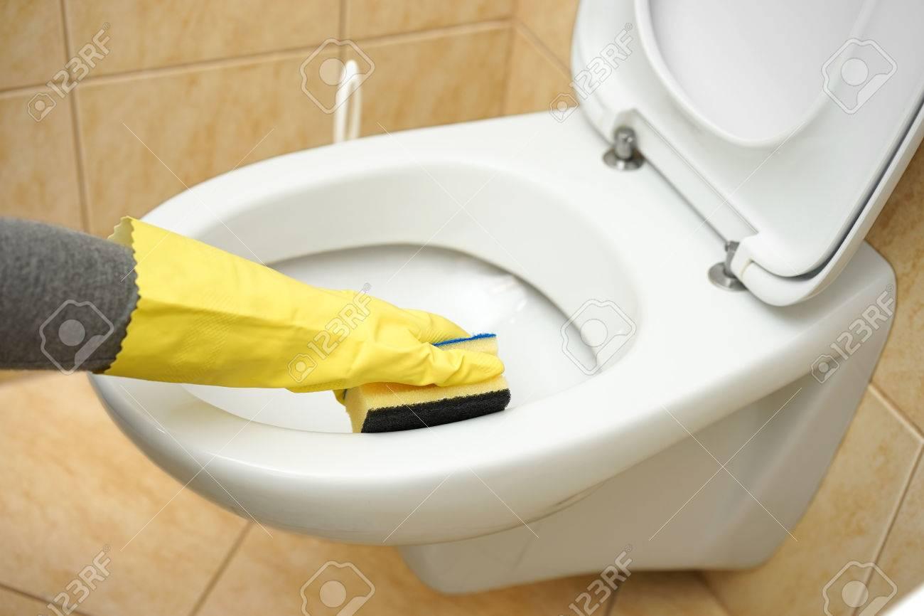nettoyeur professionnel feminin est le nettoyage des toilettes dans salle de bain