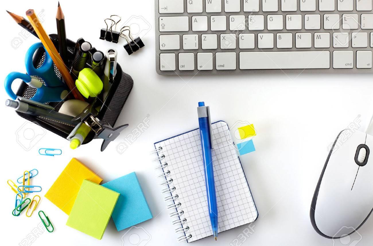 bureau de bureau avec clavier souris ordinateur portable et panier d outils d