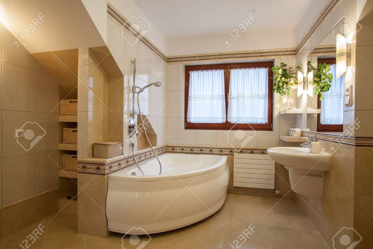 salle de bain dans des tons beiges et creme maison moderne