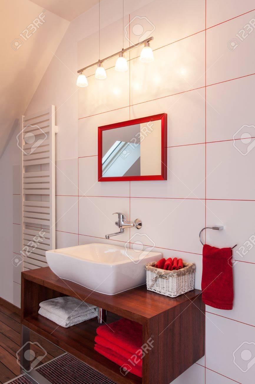 ruby maison rouge et l interieur salle de bain blanche un equipement moderne
