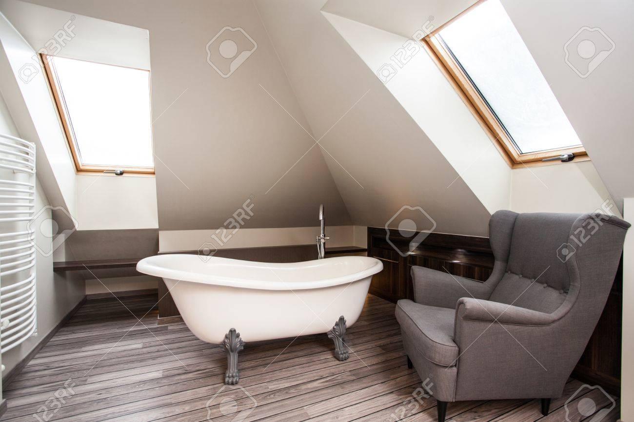 maison de campagne interieur de salle de bain vintage avec fauteuil