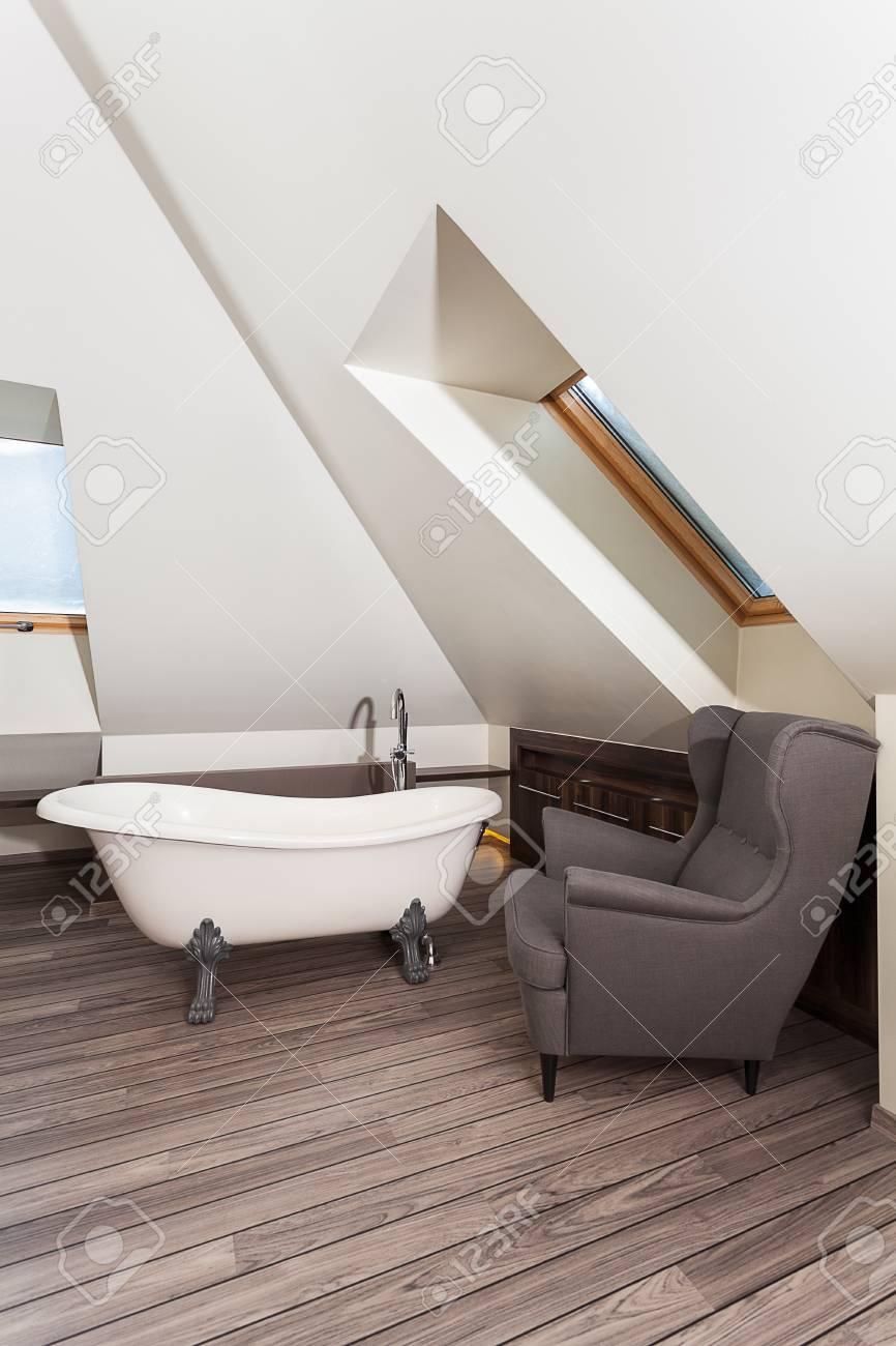 maison de campagne salle de bain avec retro fauteuil