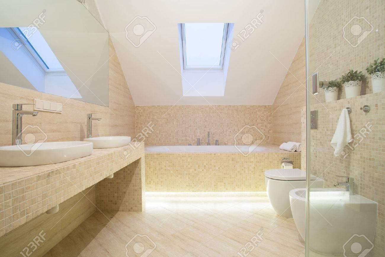 photo de l interieur de salle de bain de couleur beige