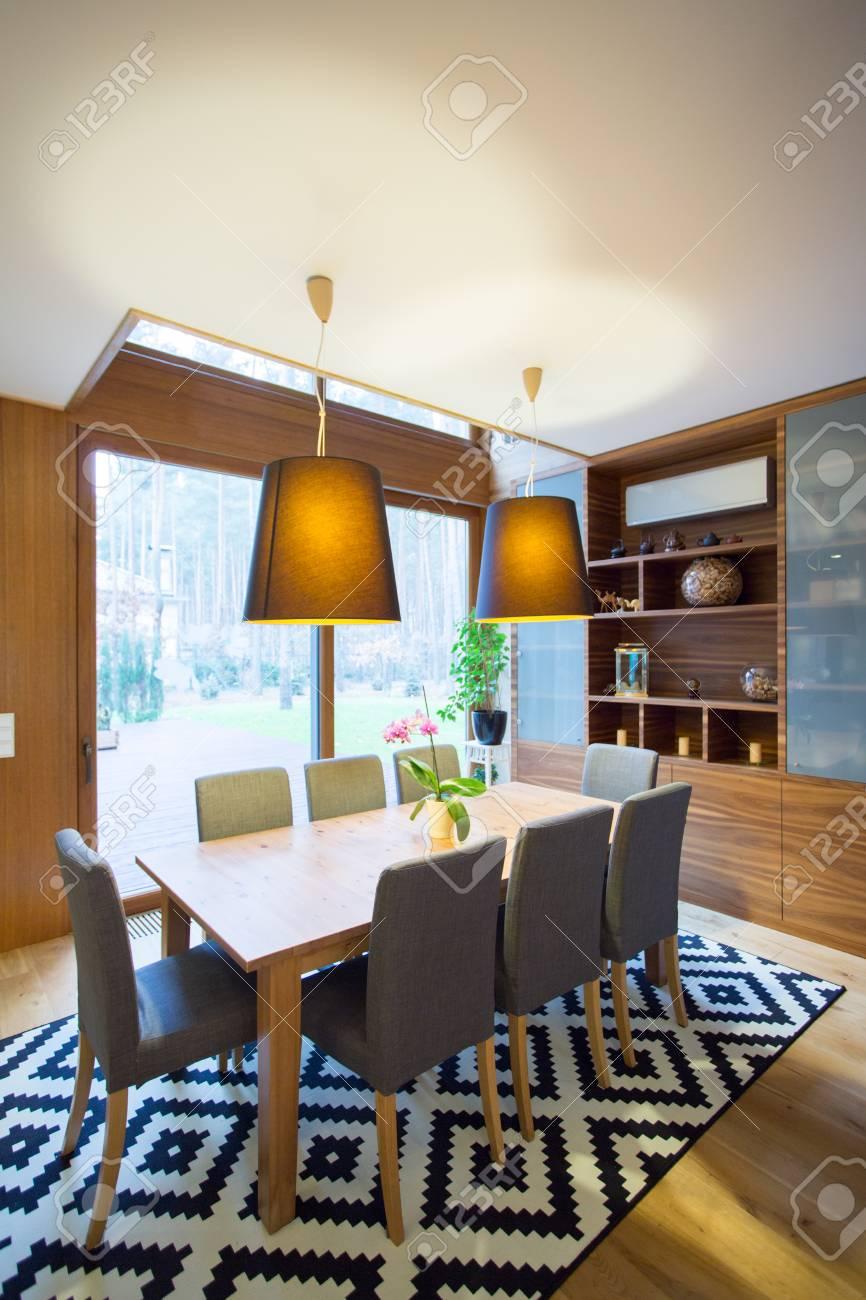 contemporaine spacieuse salle a manger avec tapis de fantaisie
