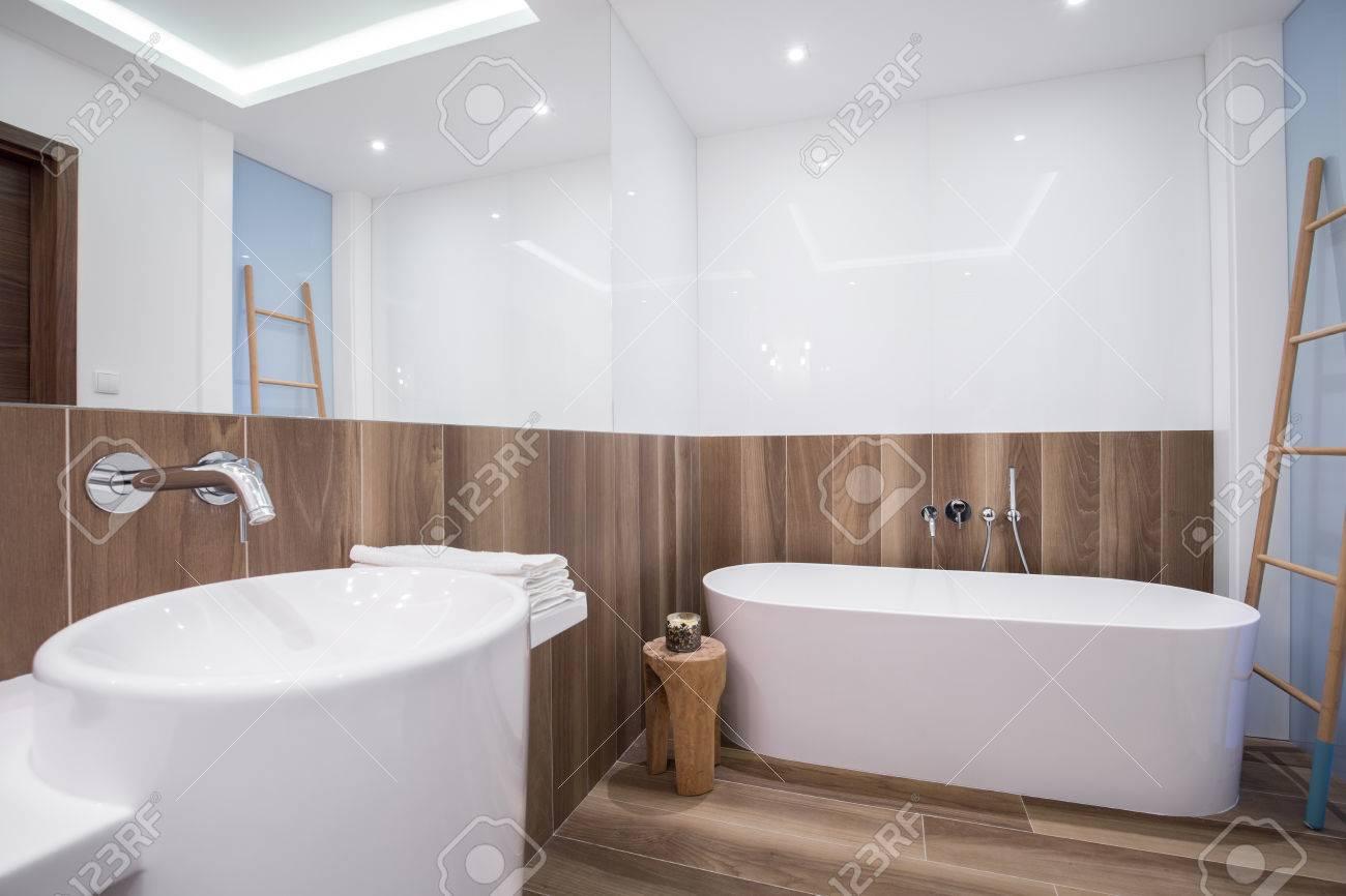 panneau en bois beige dans salle de bain interieur de luxe banque d images et photos libres de droits image 39459748