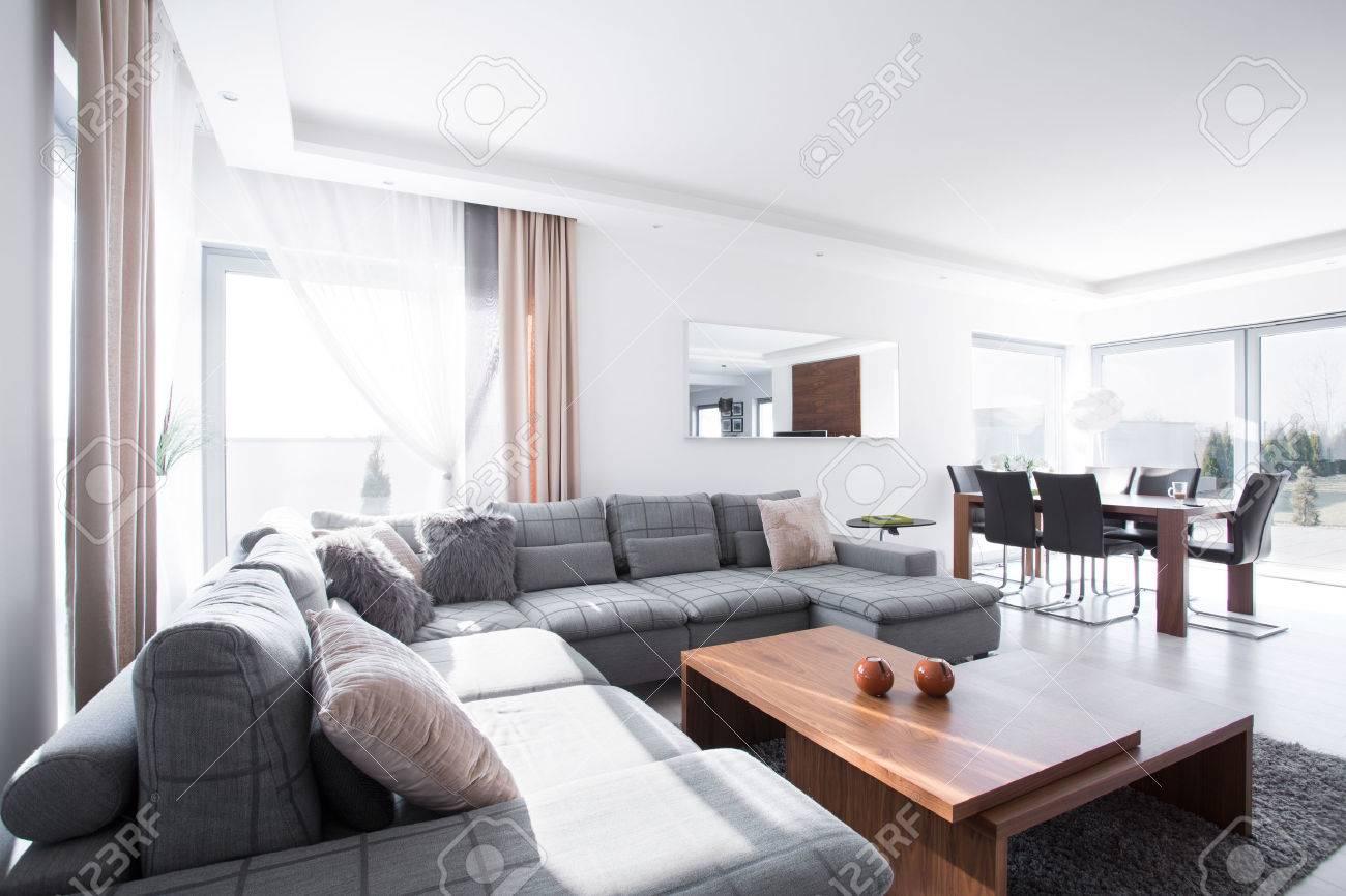 salon spacieux moderne relie avec salle a manger