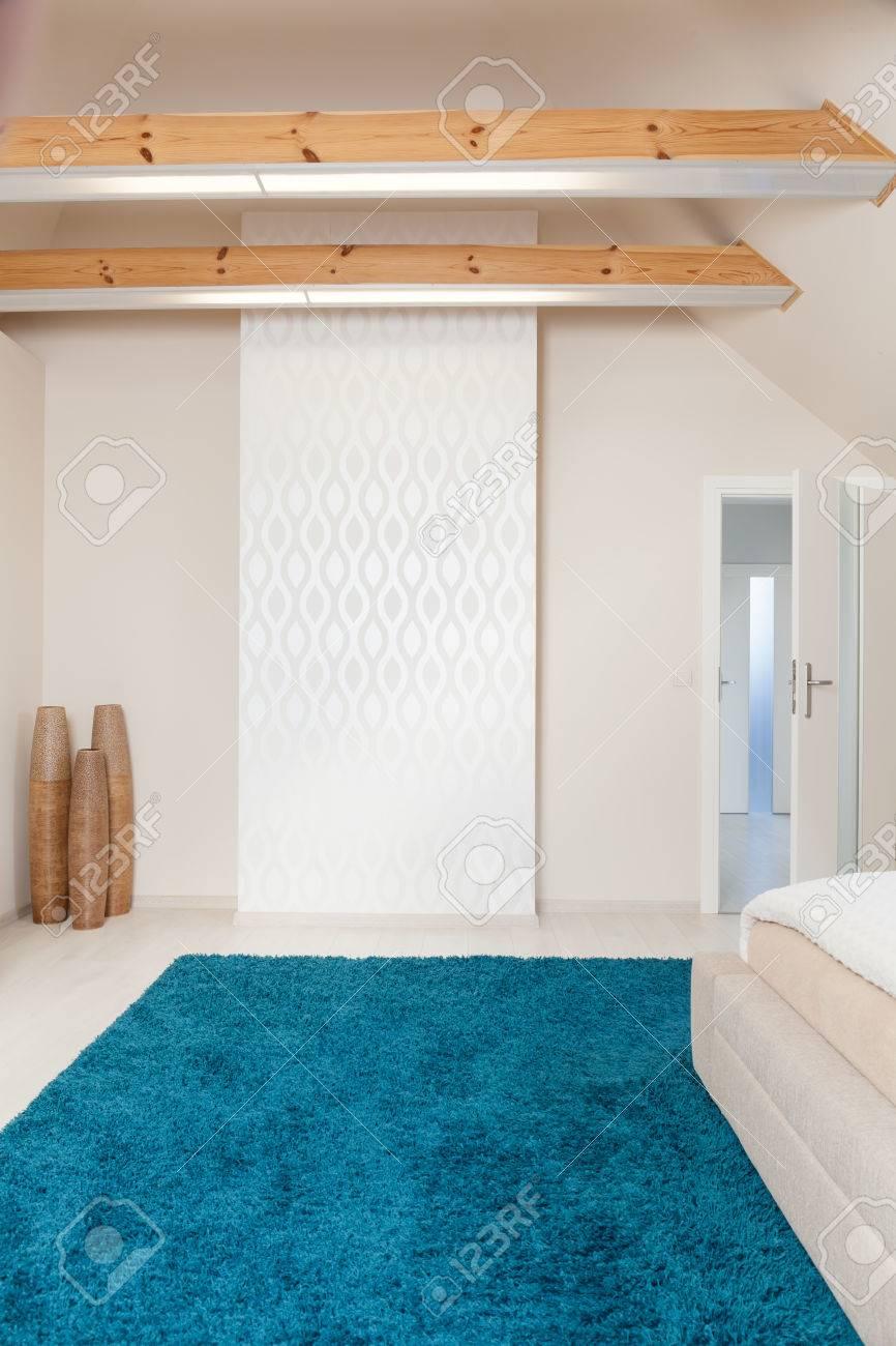 https fr 123rf com photo 43692133 photo de la nouvelle chambre con c3 a7ue moderne avec tapis bleu html
