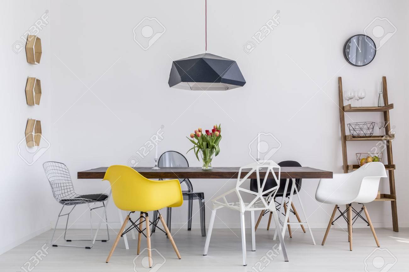 tir d une salle a manger creative avec une grande table et six chaises differentes