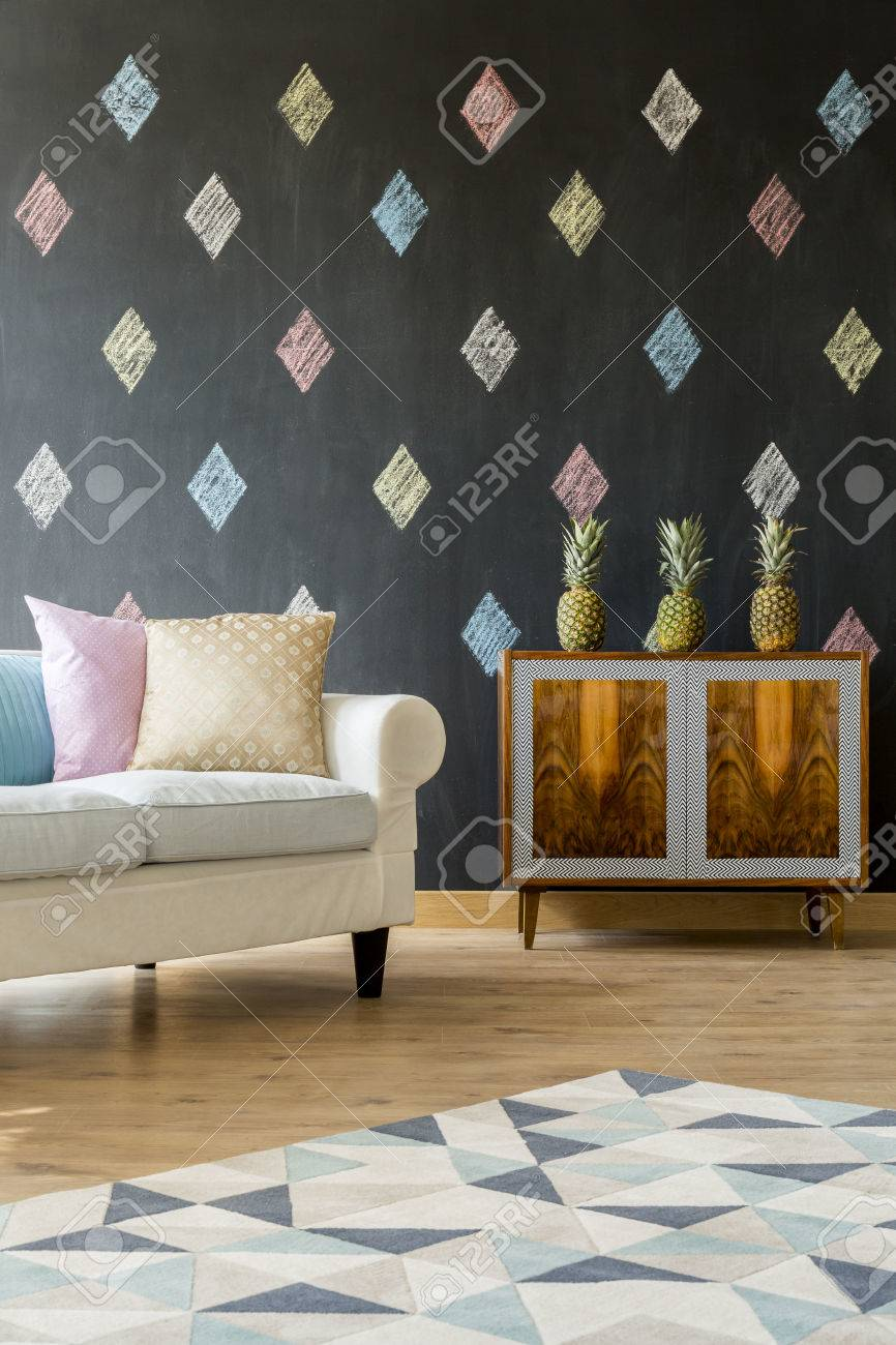 petit salon avec tableau noir blanc canape coussins pastel motif tapis et commode exotique banque d images et photos libres de droits image 60124019
