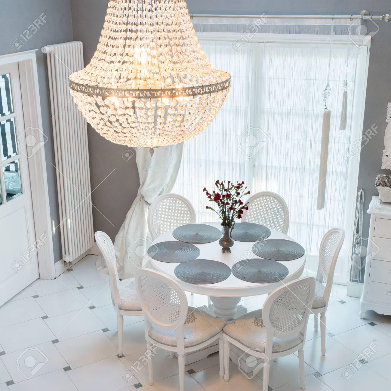 Lustre En Cristal Et Table Circulaire Dans La Salle A Manger Banque D Images Et Photos Libres De Droits Image 61115062