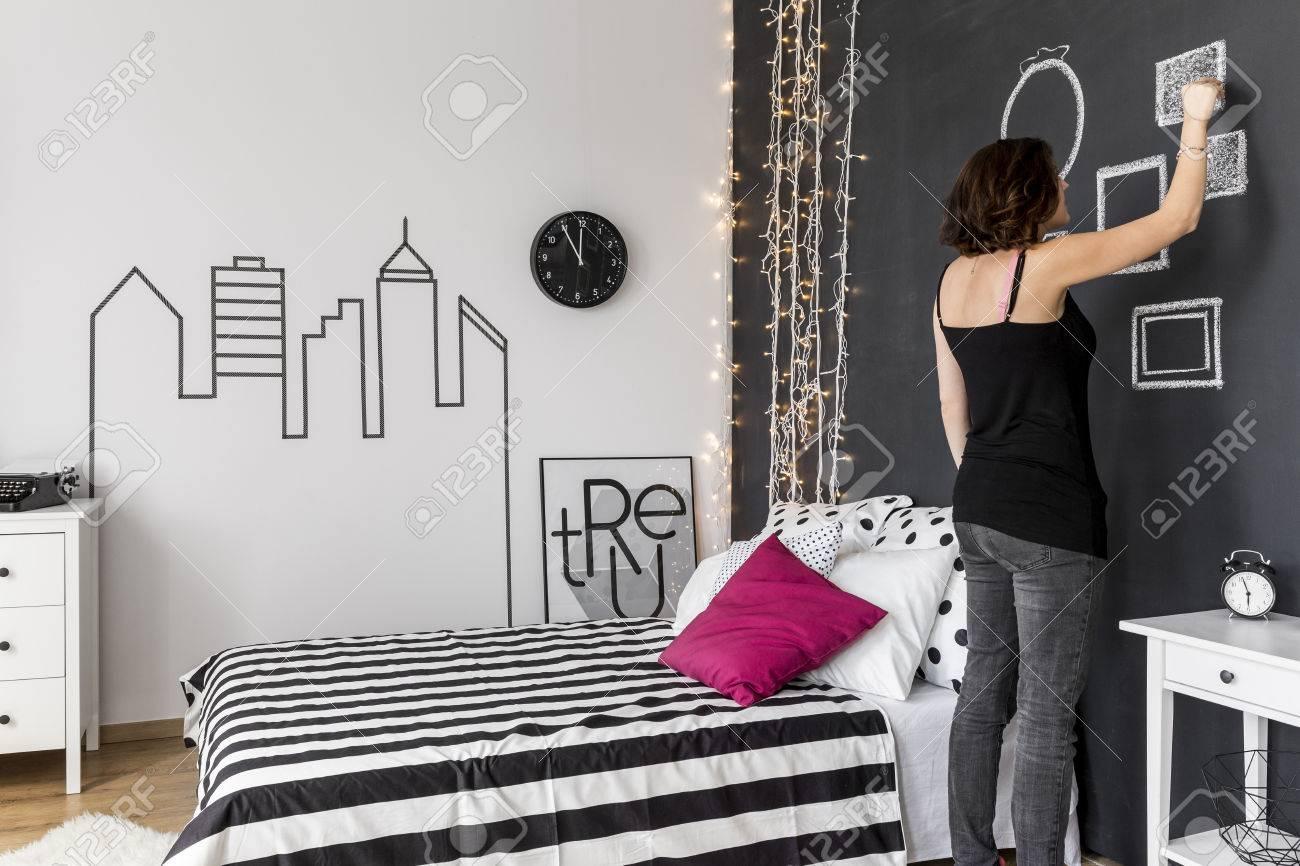 femme debout dans sa chambre a coucher et le dessin des cadres sur un mur noir banque d images et photos libres de droits image 61808785