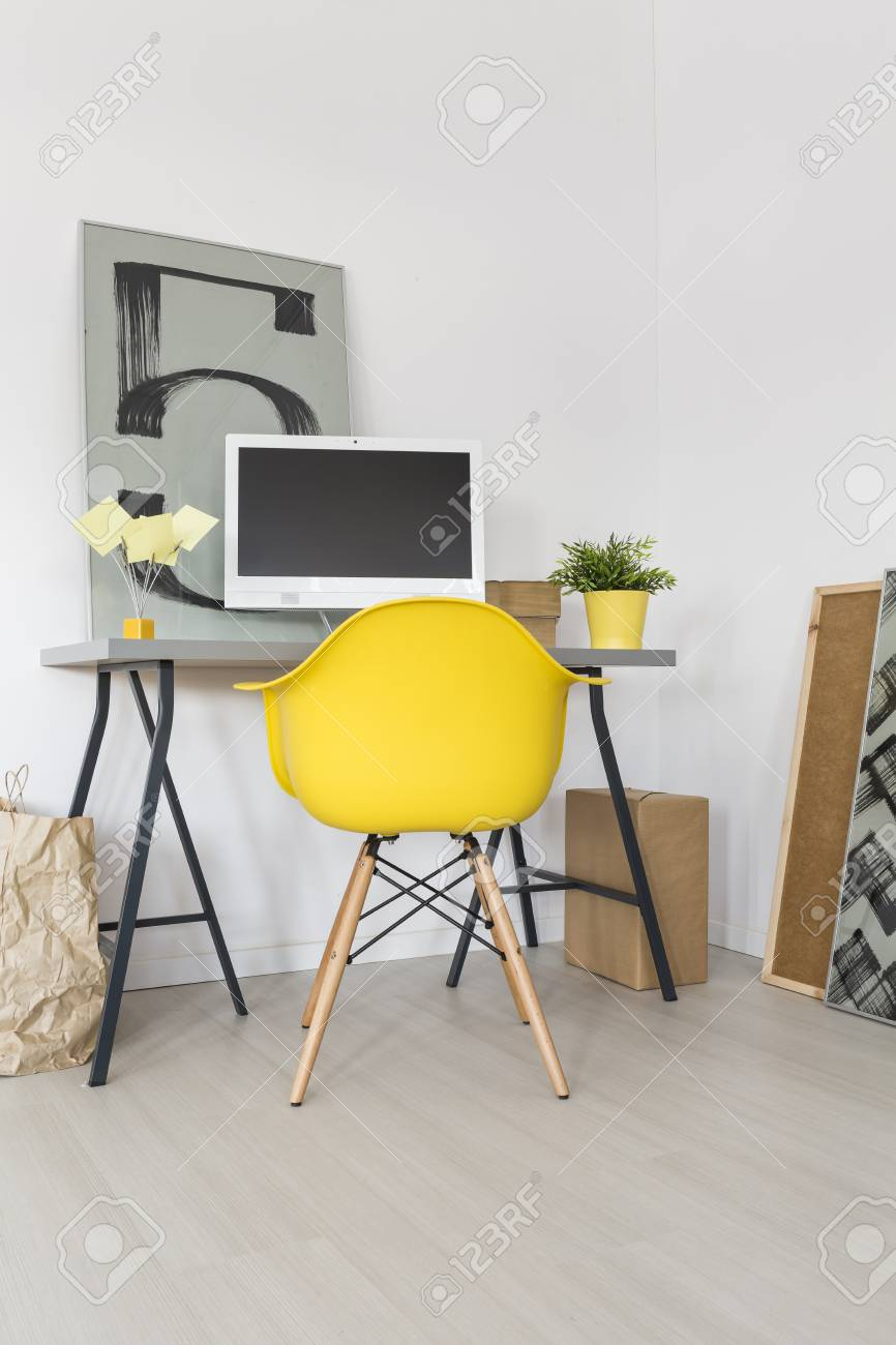 banque d images bureau a domicile minimaliste avec bureau ordinateur chaise jaune et de nouvelles peintures decoratives