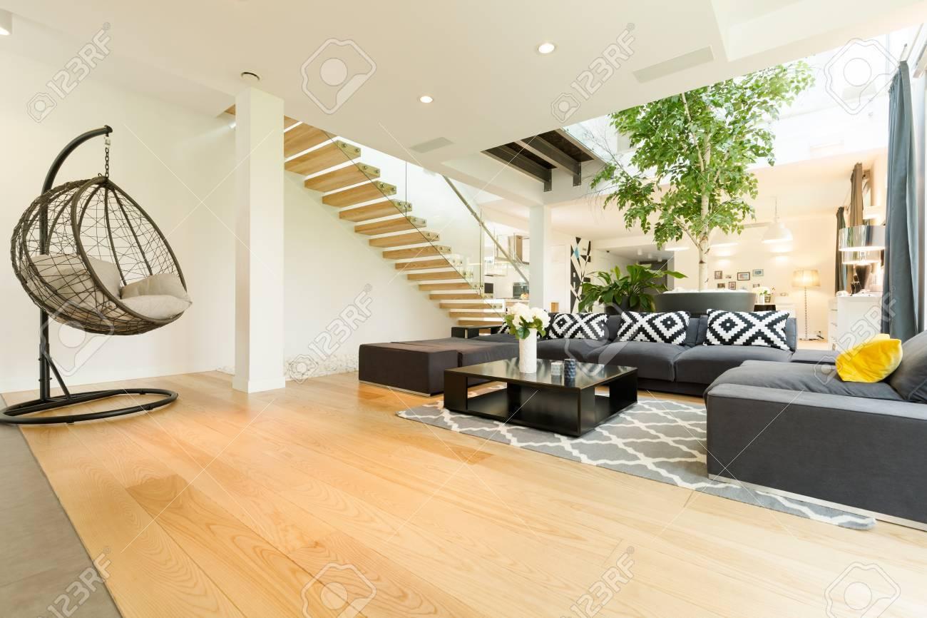 interieur avec nouvel ensemble de meubles de salon et fauteuil suspendu moderne