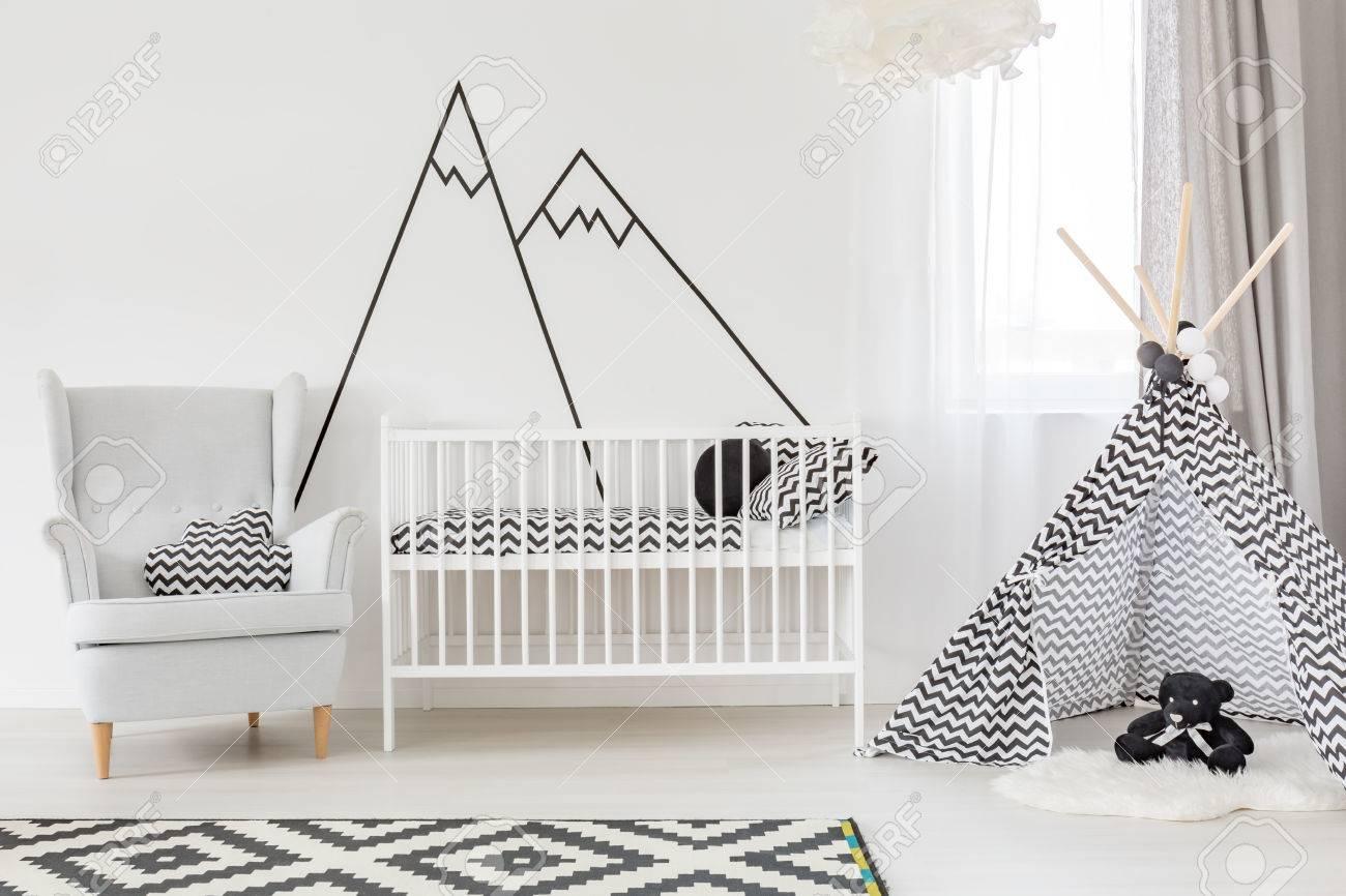 chambre blanche pour bebe avec lit bebe fauteuil et tente banque d images et photos libres de droits image 67267376