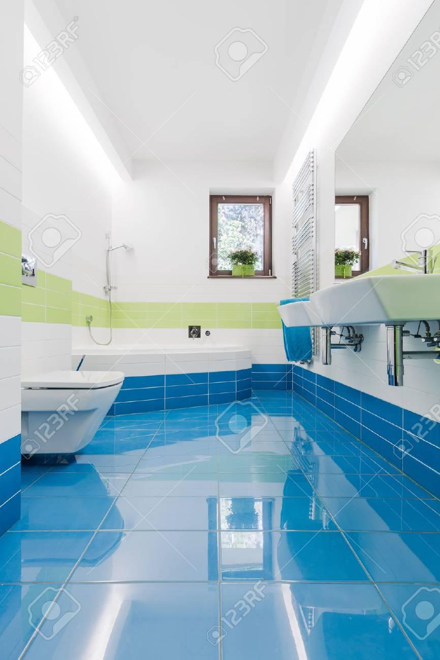 interieur petite salle de bains coloree avec carrelage bleu wc lavabo et baignoire deux