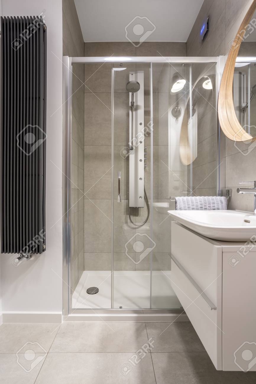 salle de bain claire avec douche a l italienne et carrelage gris banque d images et photos libres de droits image 70237213