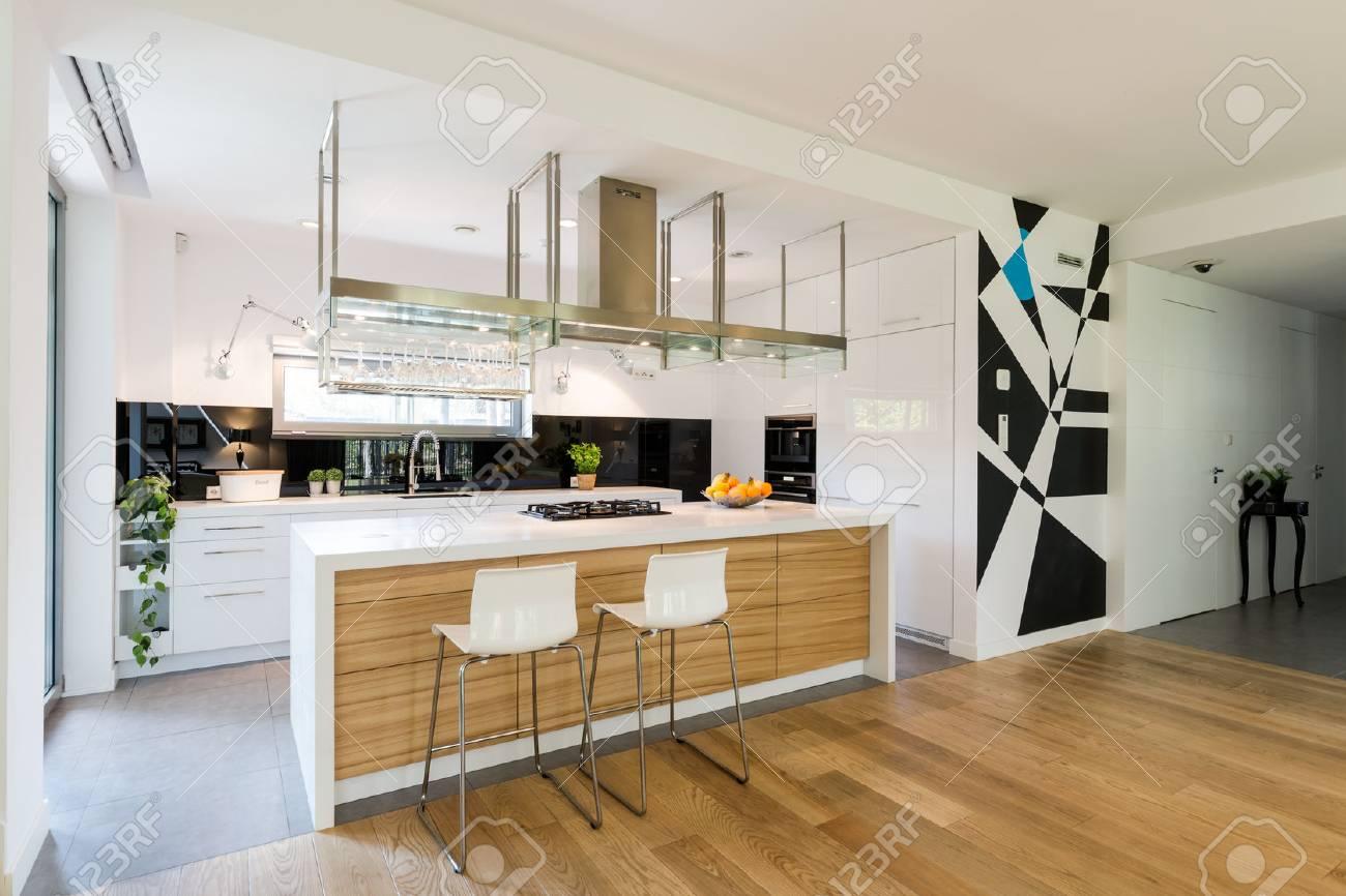 petite cuisine ouverte avec ilot de cuisine en bois et armoires sur mesure