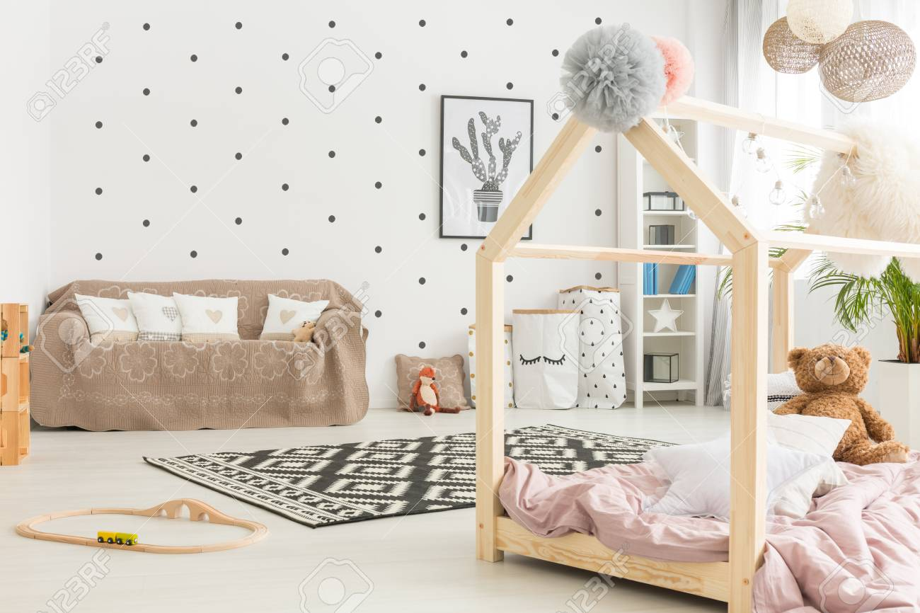 chambre d enfant multifonctionnelle noir et blanc avec lit canape tapis banque d images et photos libres de droits image 75795016