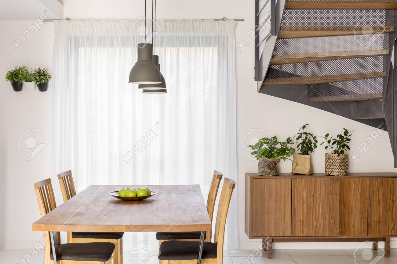 https fr 123rf com photo 76423776 salle c3 a0 manger avec table lampe commode et escaliers communs html