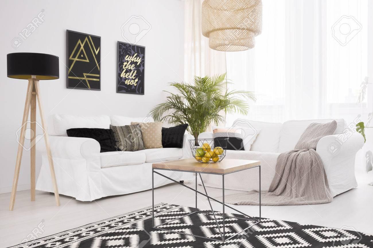 salon blanc et noir avec un canape confortable et une table basse en bois banque d images et photos libres de droits image 76957587