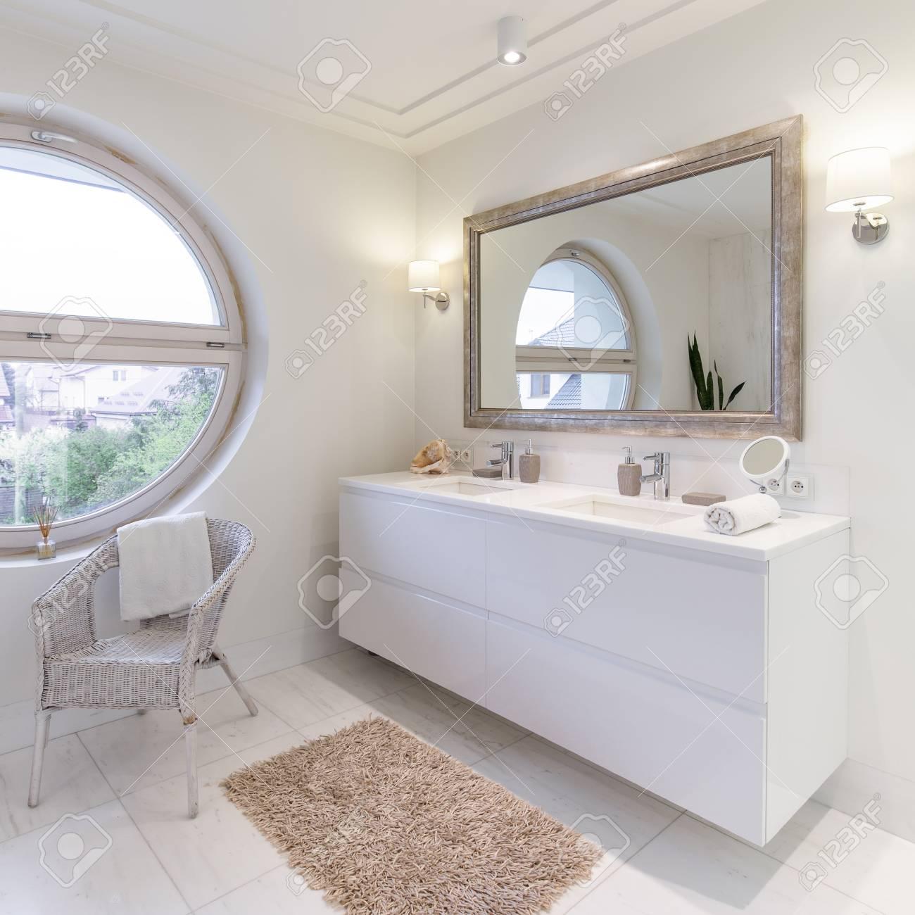 Salle De Bain Spacieuse Avec Carrelage Blanc Brillant Grand Miroir Et Fenetre Ronde Banque D Images Et Photos Libres De Droits Image 81575766