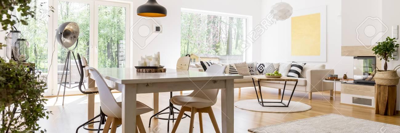 https fr 123rf com photo 82837351 salon spacieux spacieux enti c3 a8rement meubl c3 a9 avec table en bois et canap c3 a9 d angle html
