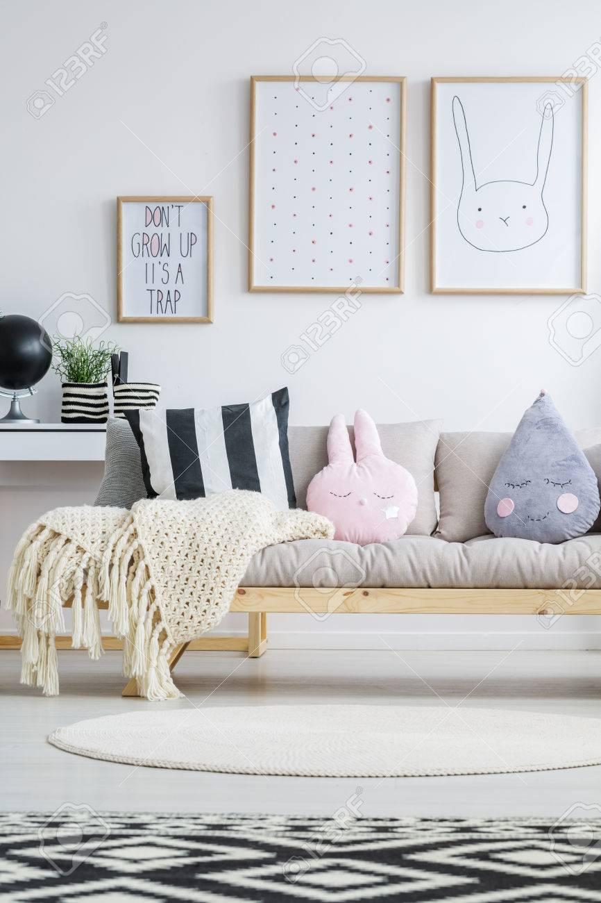banque d images vue sur un canape nordique en bois dans une chambre a la mode pour enfants