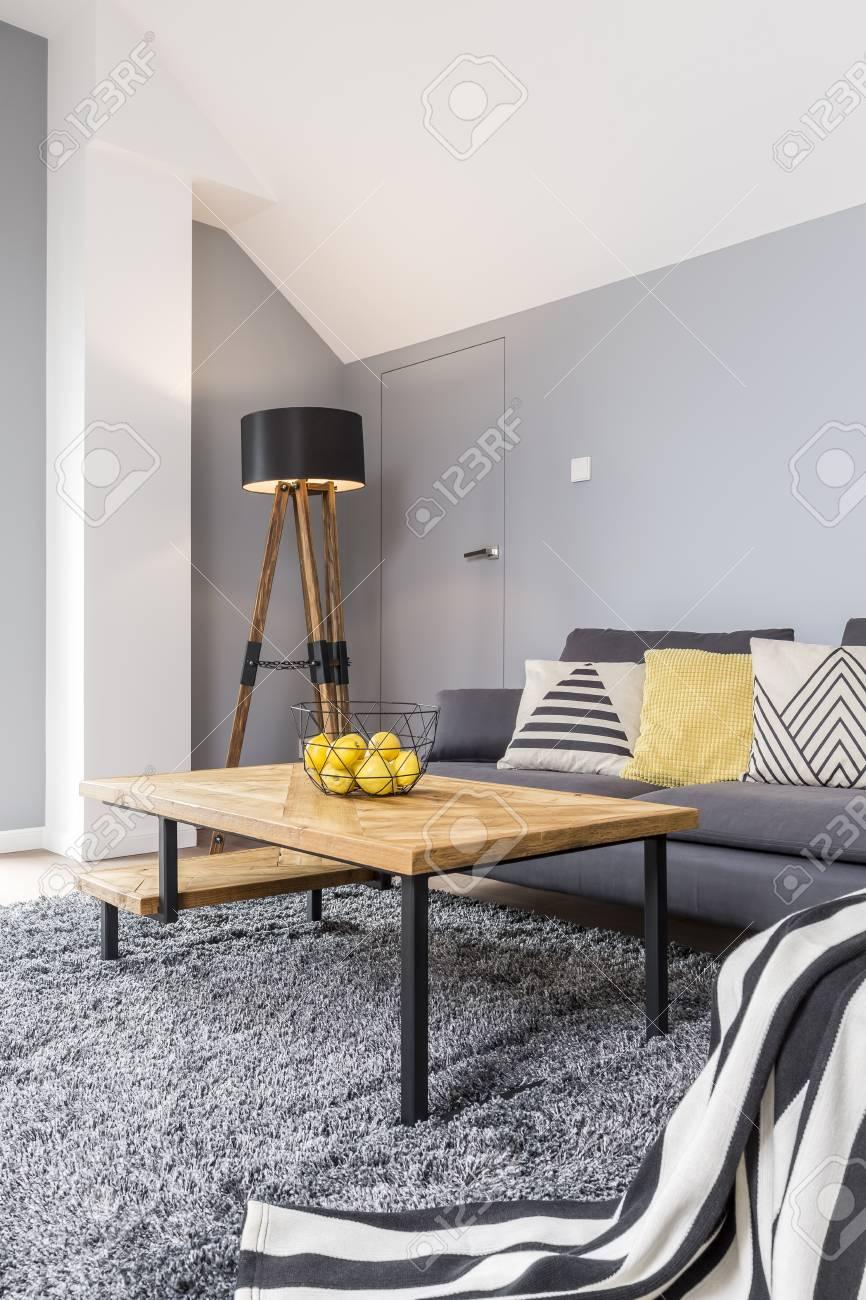 design en bois et gris du salon moderne confortable avec canape d angle couverture a rayures tapis et table basse design banque d images et photos libres de droits image 83684563