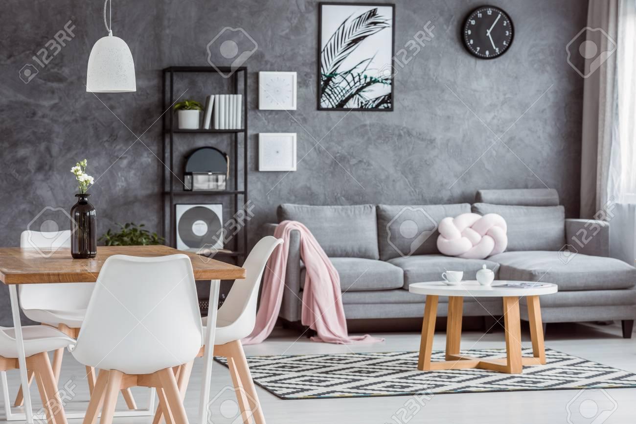appartement gris moderne avec salle a manger ouverte confortable et interieur minimaliste avec salon confortable avec canape table basse et couverture rose banque d images et photos libres de droits image 88256167