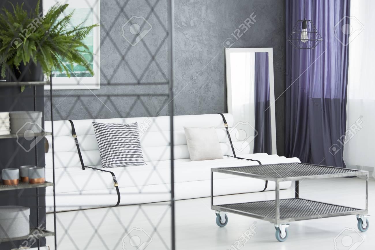 https fr 123rf com photo 88845493 int c3 a9rieur de salon monochromatique de style industriel avec table basse en m c3 a9tal miroir et canap c3 a9 tendance html