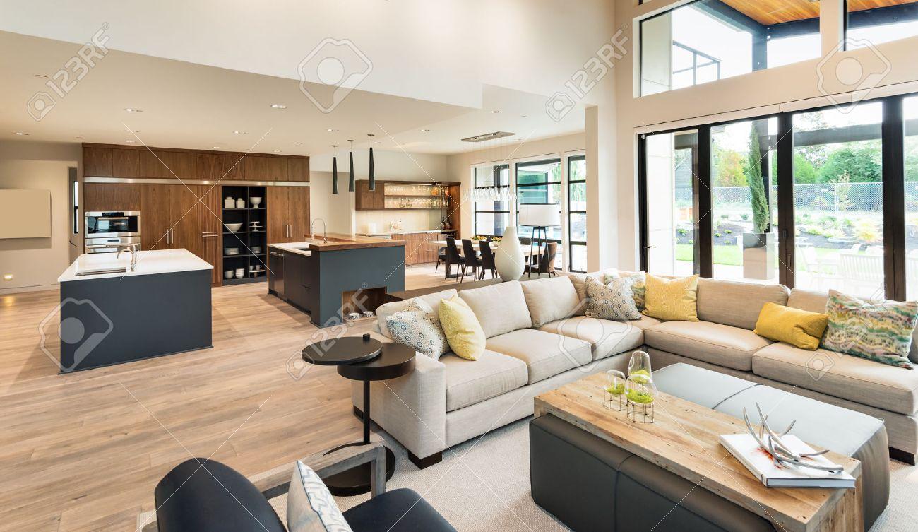 schone wohnzimmer interieur im neuen luxus haus mit blick auf kuche home interior mit parkettboden und offene grundriss zeigt esszimmer kuche und