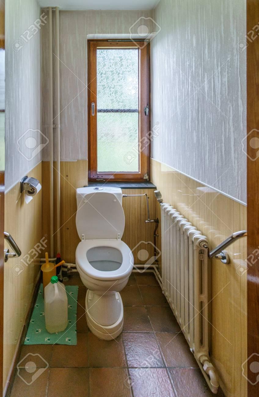 toilette avec assise dans petite salle de bain etroite avec fenetre belgique europe banque d images et photos libres de droits image 80695978