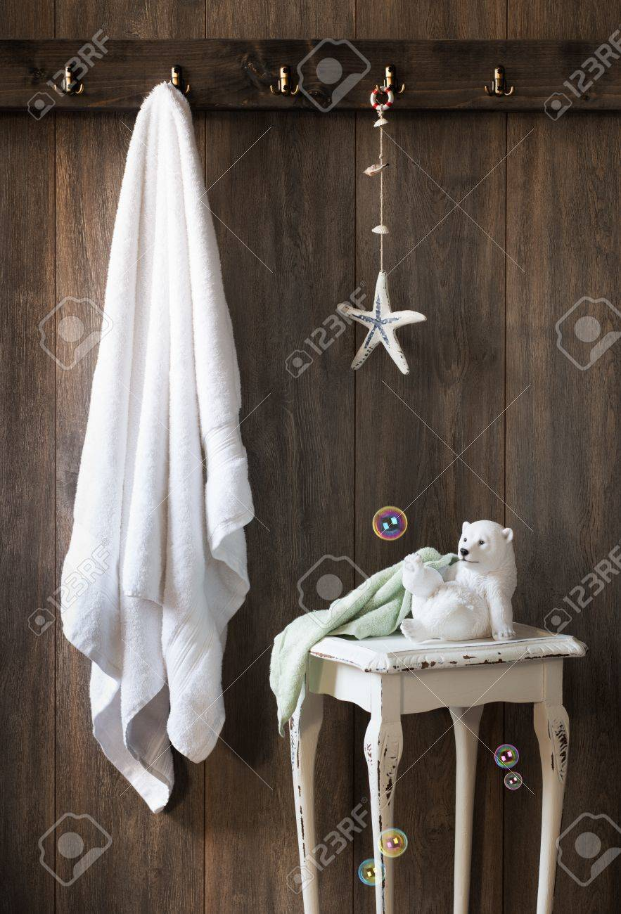 salle de bain avec une serviette blanche et accrocher la decoration d etoiles de mer banque d images et photos libres de droits image 26112391