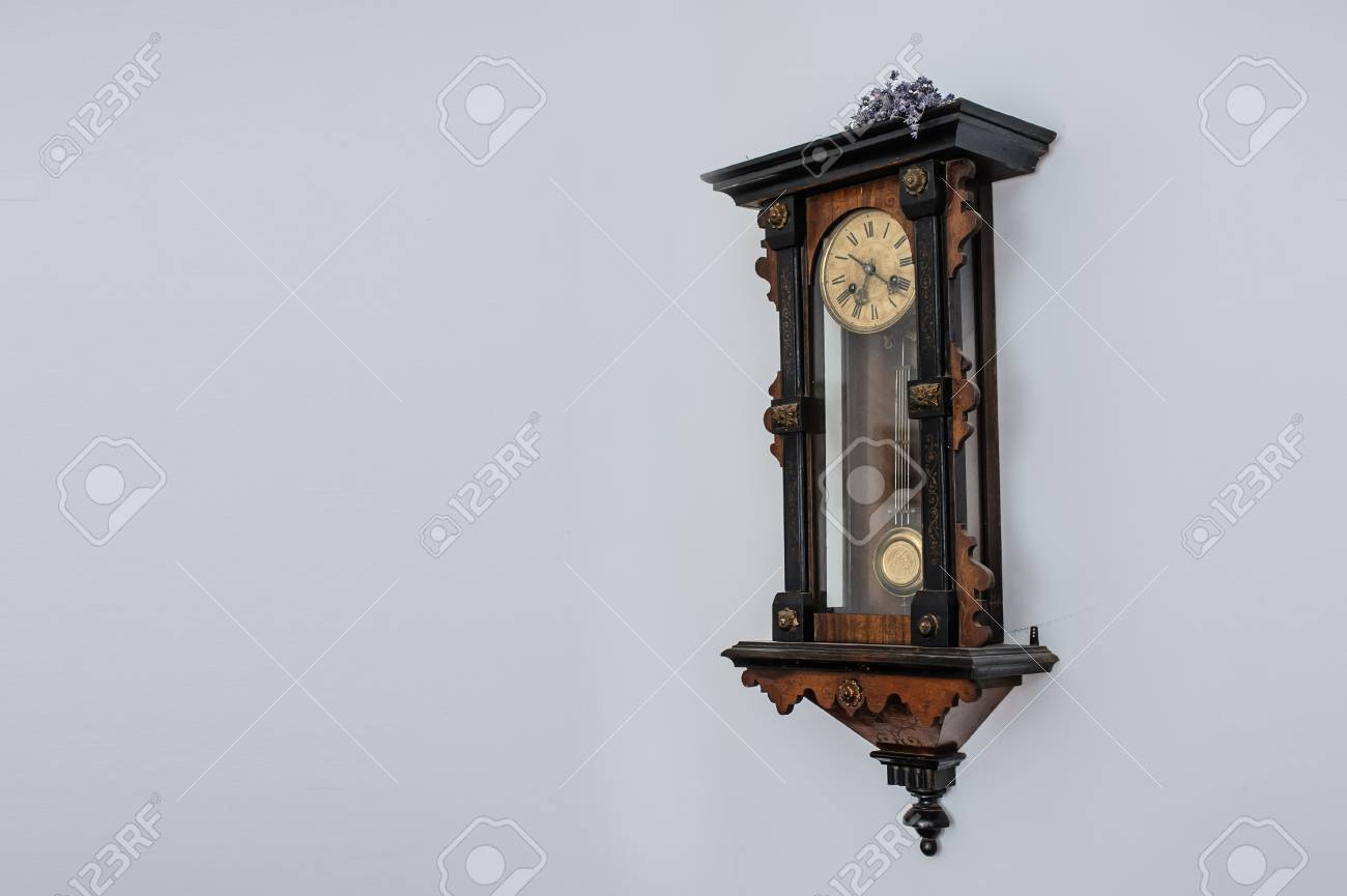 antique ancienne horloge murale en bois vintage vue interessante