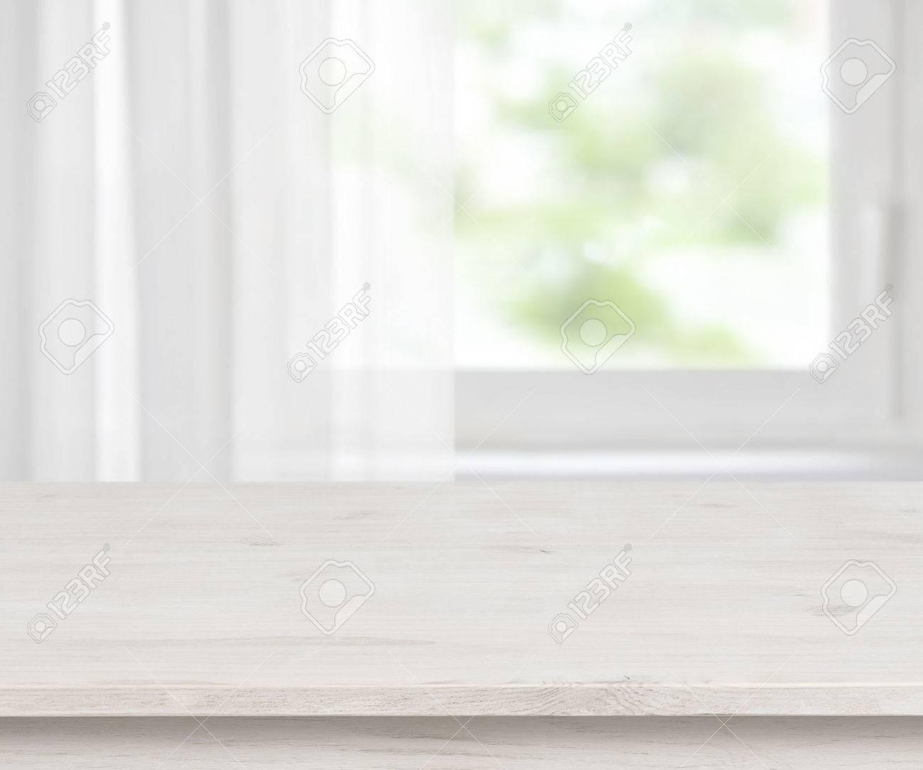 surface de la table en bois sur defocused demi rideaux fond de la fenetre