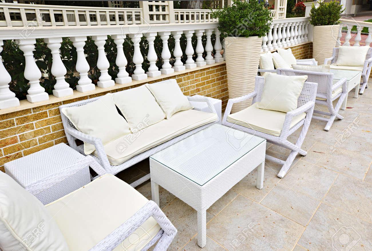 banque d images meubles de patio en osier en plein air dans la zone pavee de pierre naturelle