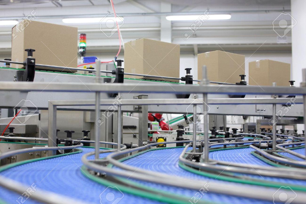 boites en carton sur tapis roulant dans l usine