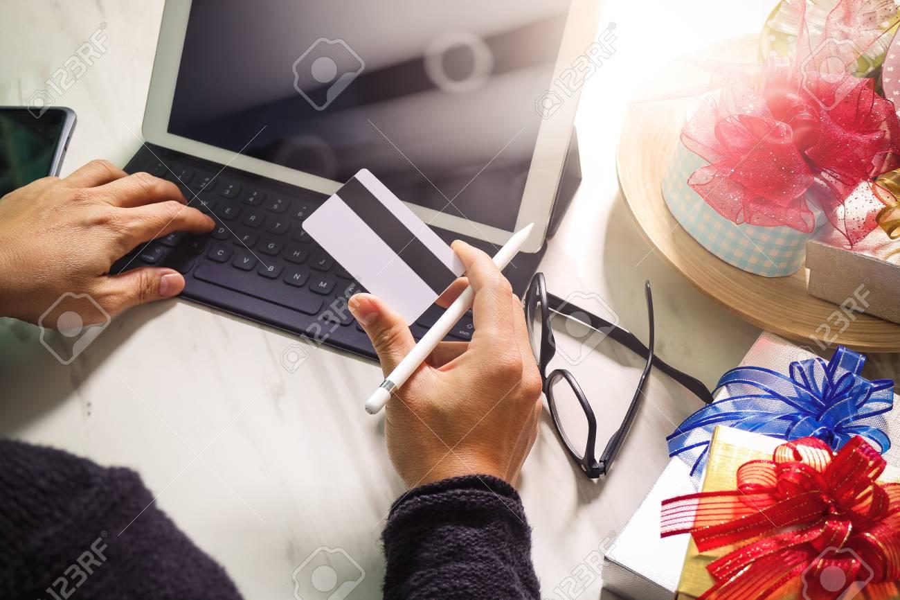 la livraison de cadeau surprise tablette ordinateur amarrage smartphone clavier intelligent telephone sur le bureau mable effet de film de