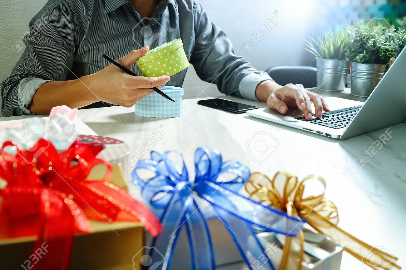 banque d images cadeau donnant choix a la main et la main avec creative cadeau livraison de cadeaux surprise ordinateur latop et telephone intelligent