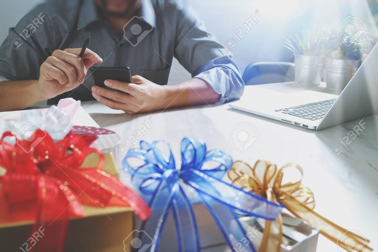 banque d images cadeau donnant choix a la main creative et a la main avec un cadeau livraison de cadeaux surprise en utilisant un telephone intelligent