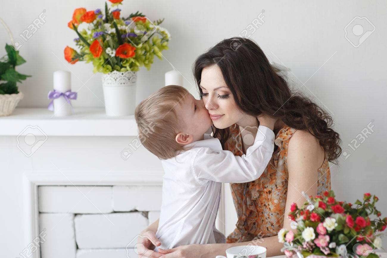 https fr 123rf com photo 48481507 belle gar c3 a7on blond embrasser une maman de fille dans la chambre avec un int c3 a9rieur de printemps html